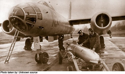 Il-28T Uni Soviet saat proses loading torpedo RAT-52