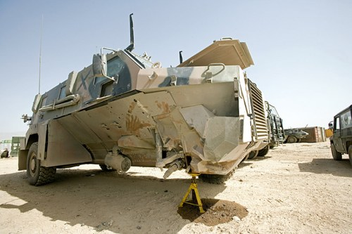 Bushmaster belanda yang rusak terkena ranjau.