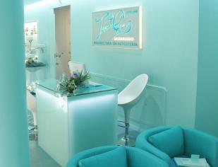 Indoormobel recepción de cristal