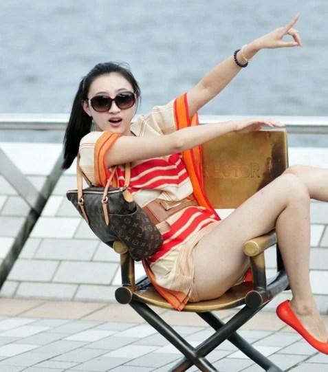 既然是秀白皙長腿又為何穿上安全褲呢?海邊美眉的舉動讓人無語!