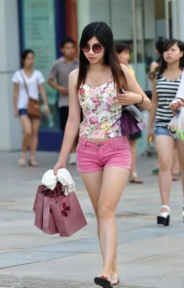 路人街拍,穿著超短褲商場掃貨而歸的微胖白富美,好腰好腿!