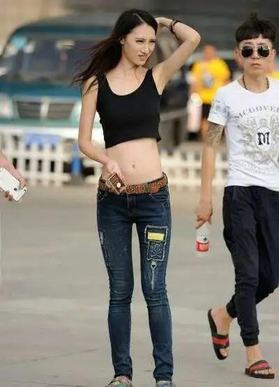 路人街拍,小蠻腰大長腿,這樣的00後少女穿牛仔褲真時尚!好美