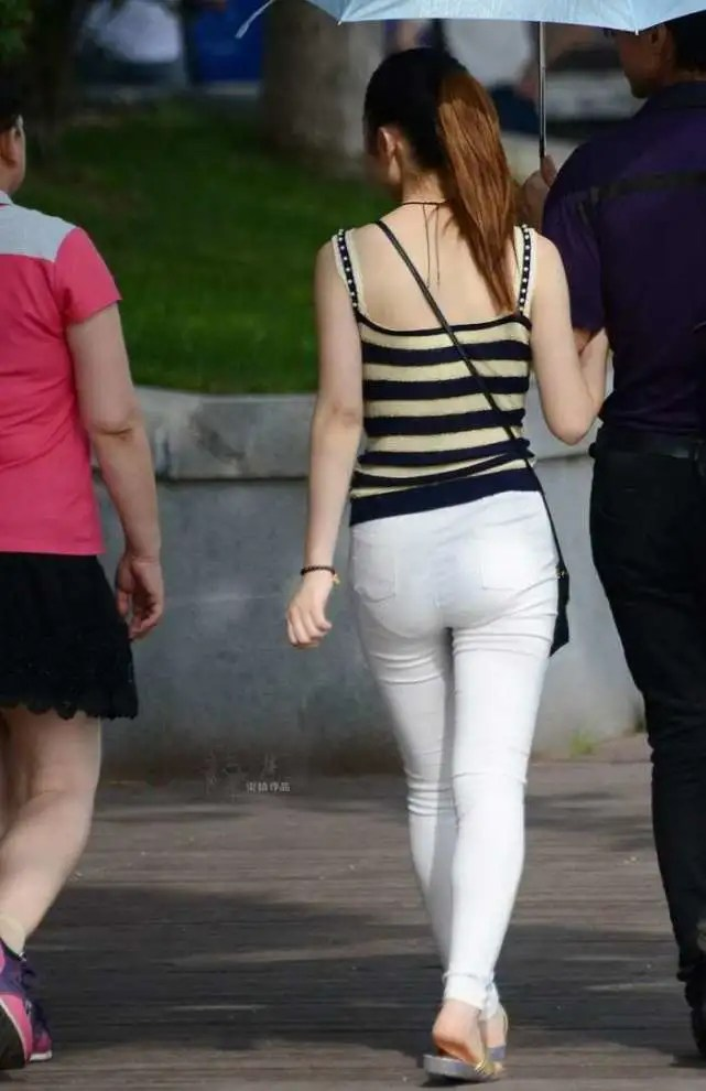 路人街拍,公園遊玩的時尚辣妹,微胖身材穿出的束腰衫精緻好看!