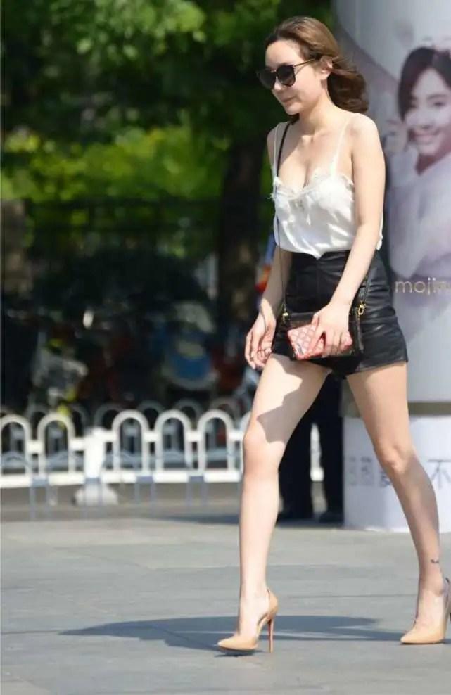 路人街拍,低胸裝搭配短皮褲的時尚老闆娘,柔美身材真養眼!好棒