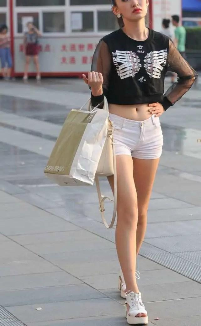 路人街拍,穿超短褲大長腿自信滿滿的黃花大閨女,腿細腰美真好看
