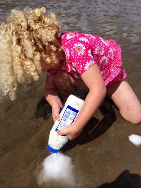 小女孩在海滩上撒盐,一会后出来几根「小柱子」!