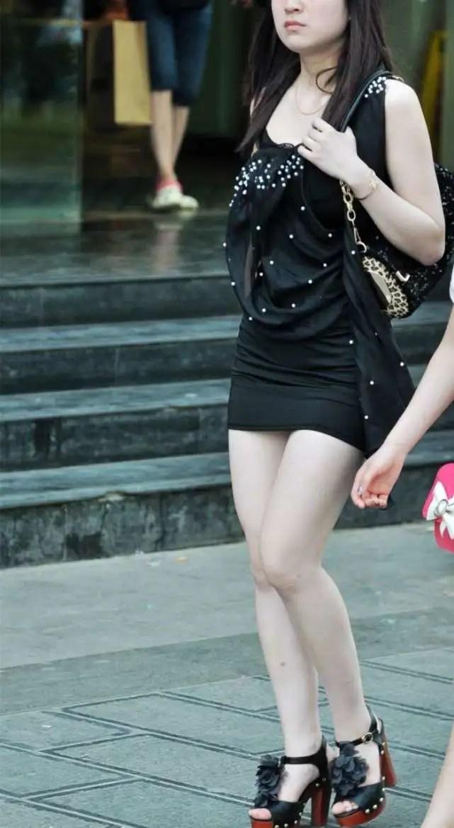 路人街拍,雪白的長腿搭配緊身包臀裙,曼妙身姿成街頭美麗風景線