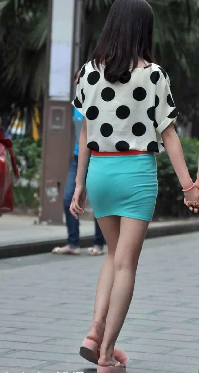 路人街拍,穿包臀裙和男友逛街的少女,迷人身材像初戀女友般美麗