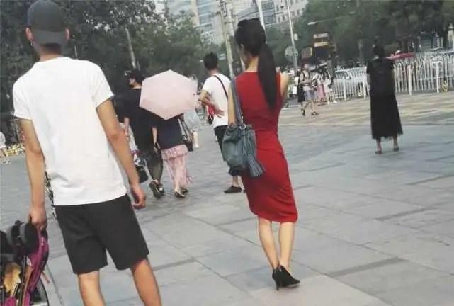 路人街拍,婀娜多姿身姿柔美,偶遇黃花大閨女包臀裙穿出女神范兒
