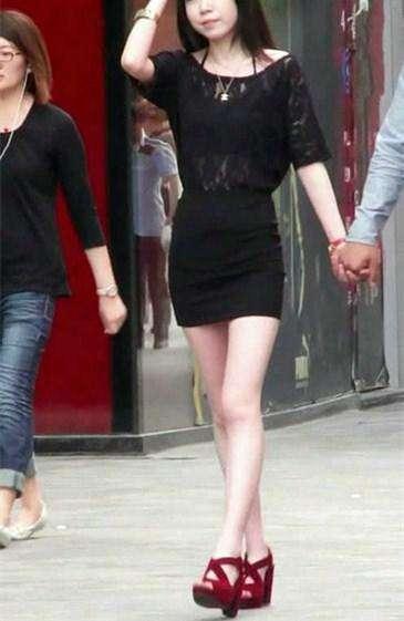 路人街拍,偶遇和男友散步的黃花大閨女,嬰兒肥的身材飽滿迷人
