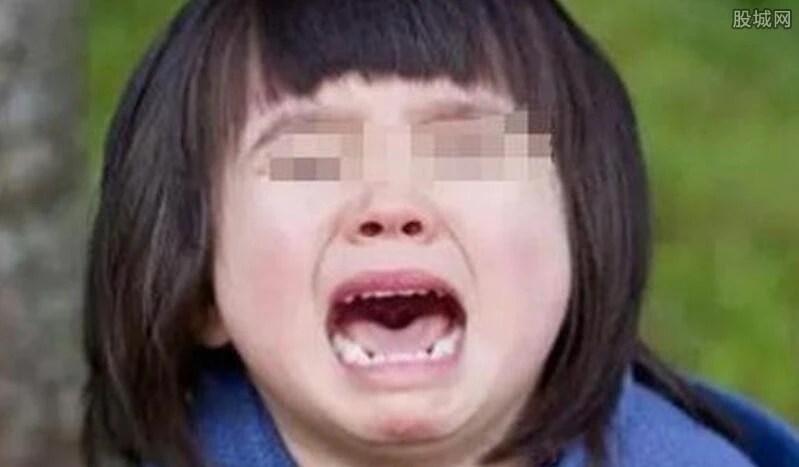 4歲女孩告訴媽媽秘密:看門爺爺摸我處女膜破裂出血