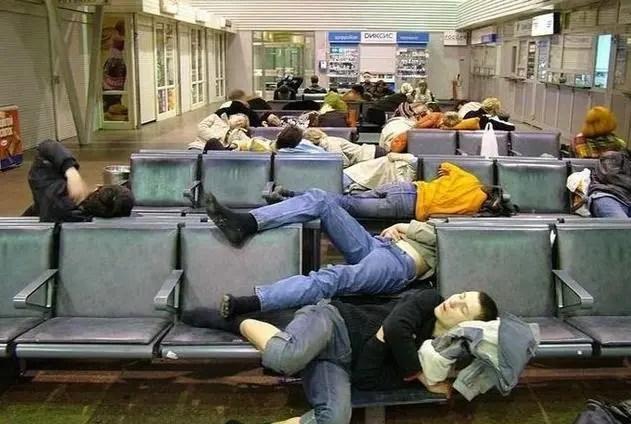 候車室里的各種睡姿,第一張奇葩,第二張看著就心酸!