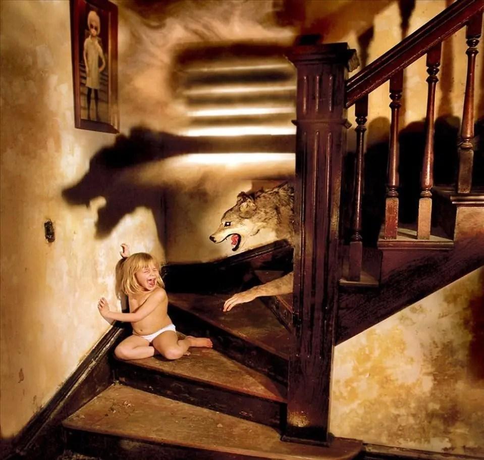 外國女孩趴在死去媽媽身邊多日無人發現,直到母親嘴裡爬出屍蟲