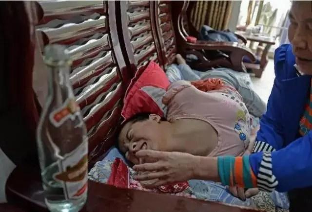女孩得了這種病,每天都要喝下一斤白酒,這樣才可以讓她好受些!