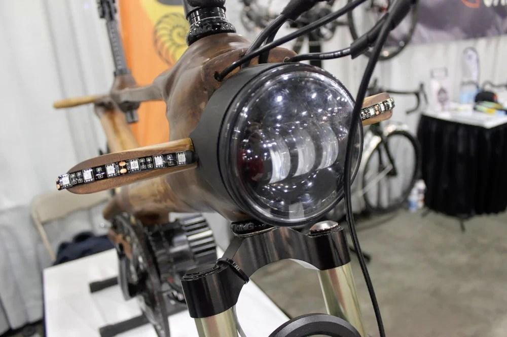 太環保了!竹子做的電動自行車!很有賽博朋克味道呢!