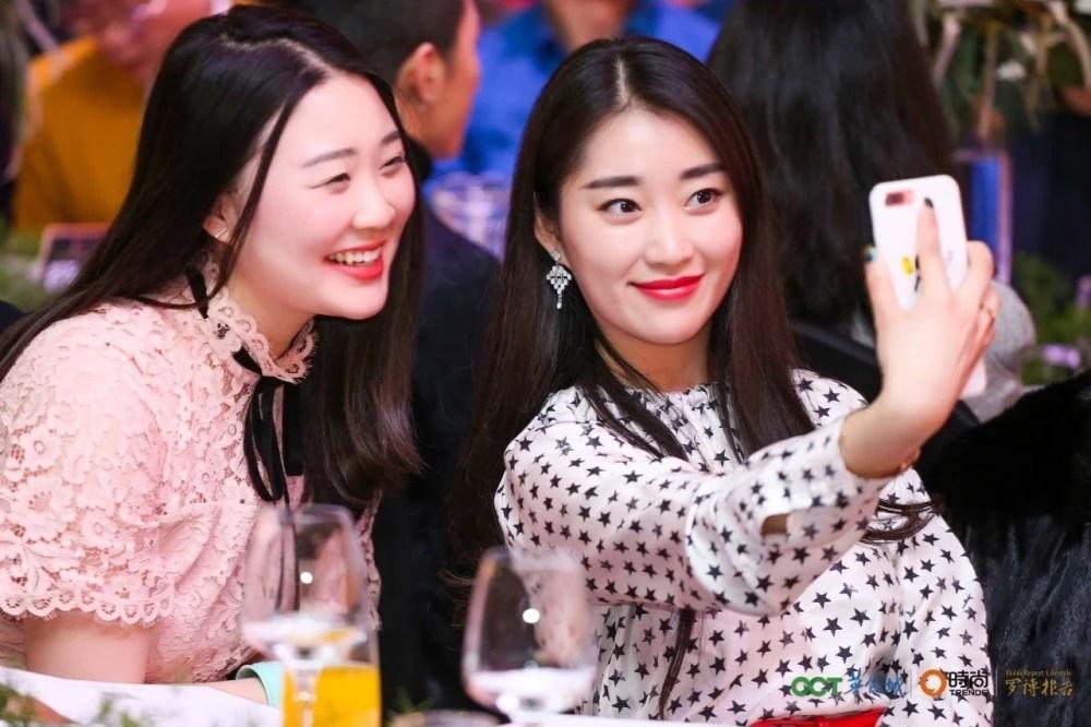 重慶時尚之夜:2017華僑城品牌發布會暨《羅博報告》十周年封面藝術展華麗啟幕!