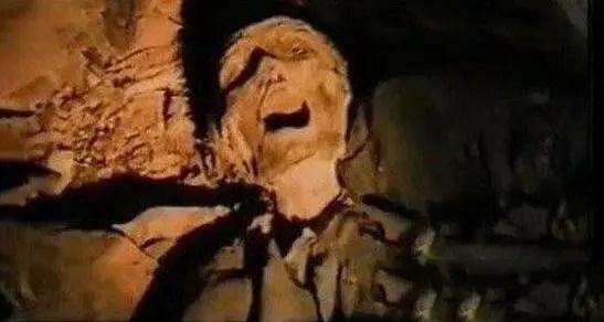黑龍江古墓被盜,考古人員在一具女屍兩腿之間發現神秘黑色物體