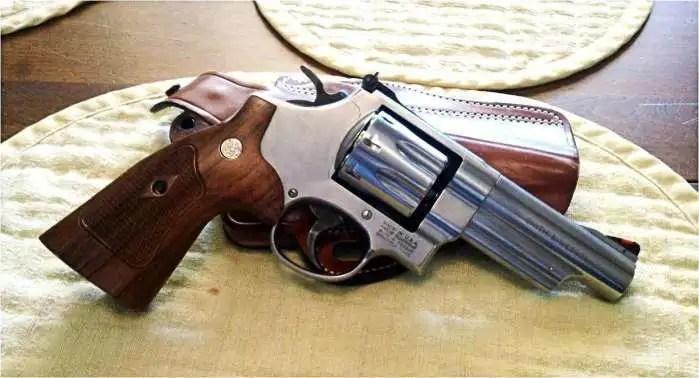 如果在左輪手槍和女人之間進行選擇,你會選擇哪個?