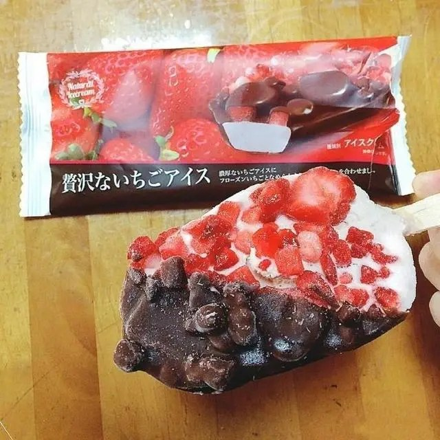 去年冬天在日本爆紅的草莓巧克力棒冰,看到就想一口咬下去!