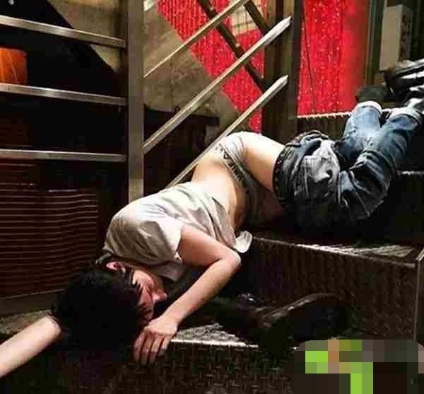在日本街頭,男男女女丑態百出,竟當眾做這些事!