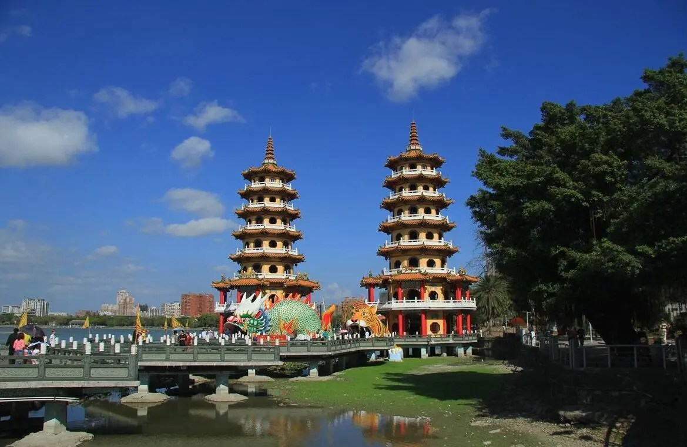 台灣高雄的龍虎雙塔——象徵「大吉」寓意