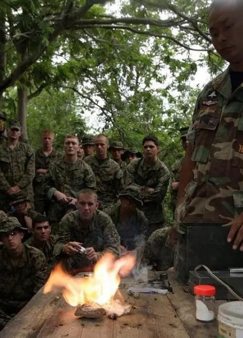 泰國教官教美軍野外生存,生剝活鳥、吃竹筒飯,徒手制服眼鏡蛇