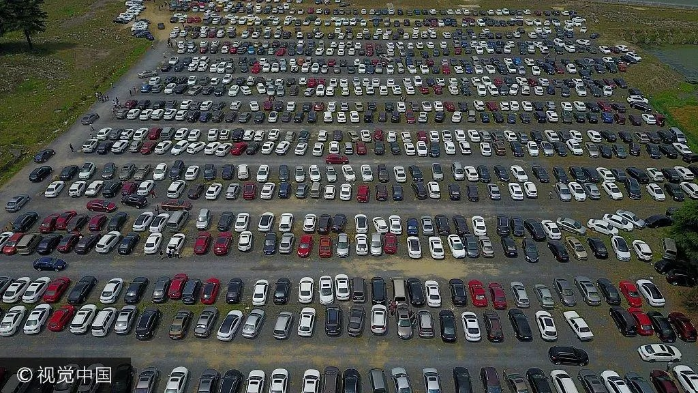 五一小長假揚州景區遊客爆棚 航拍私家車「擠爆」停車場
