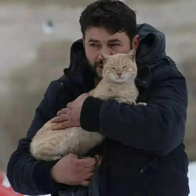 戰火紛飛,他選擇留下來,只為了讓那些貓吃上一口飯