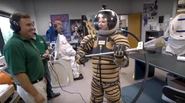 萬沒想到!最新宇航服亮相:美女穿後酸爽