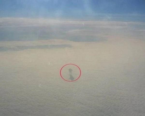 9000多公尺的高空上拍到奇怪人形!把鏡頭拉近後