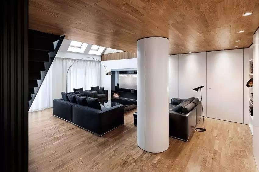 黑白色與原木打造的現代都市閣樓,炫酷時尚又不失溫馨