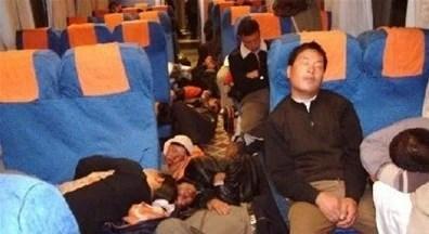 笑噴!火車上的那些奇葩睡姿,中槍有木有