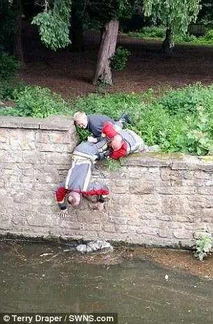 英國消防員搭成人牆救出落水小狗
