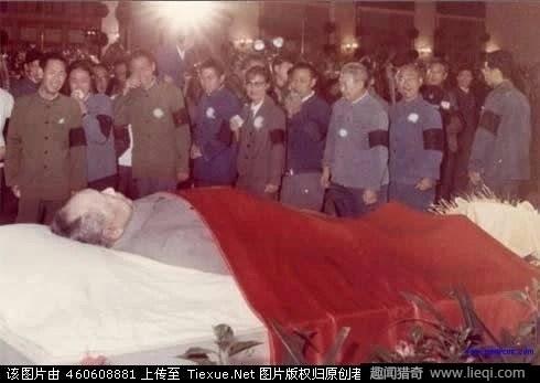毛澤東遺體是怎麼放入水晶棺的?