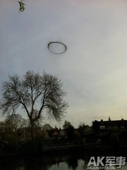 英國少女拍神秘UFO 空中漂浮3分鐘消失