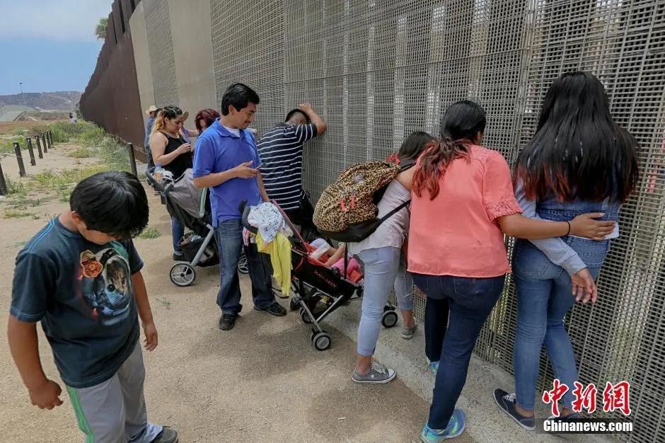 美國墨西哥邊境分離親人相聚 隔欄相望