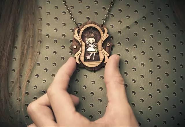 项链里的世界