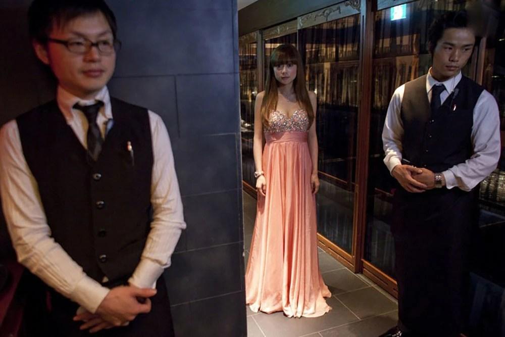 實拍日本東京陪酒女郎:濃妝艷抹為博顧客一笑