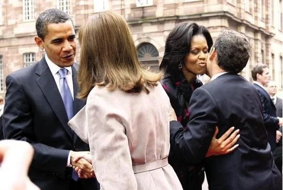 美法第一夫人會面:當眾摸妻子臀部,好尷尬呀