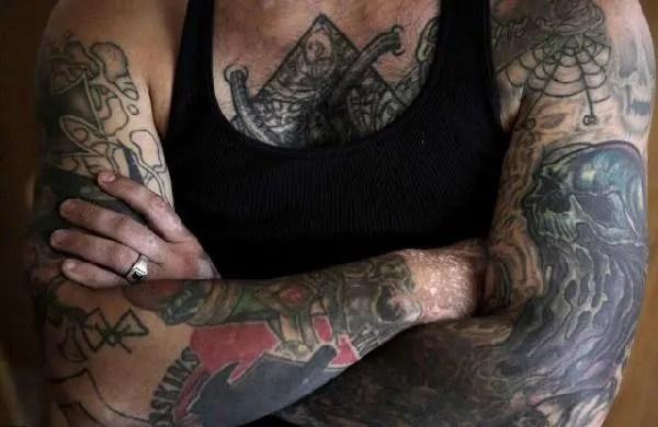 曾經是黑幫頭目的他,為了新生活洗掉了滿臉刺青
