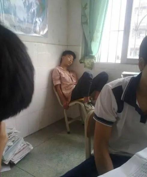 每個班最後一排都有這樣一個神人,老師從來不打擾他們睡覺!