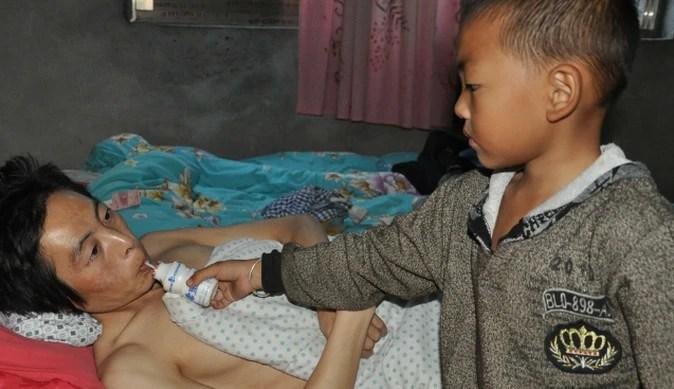 父親摔傷半身癱瘓母親離家出走,7歲的他每天這樣做