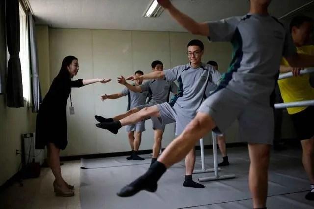 韓國軍隊要求士兵苦練芭蕾舞,考試要表演天鵝湖