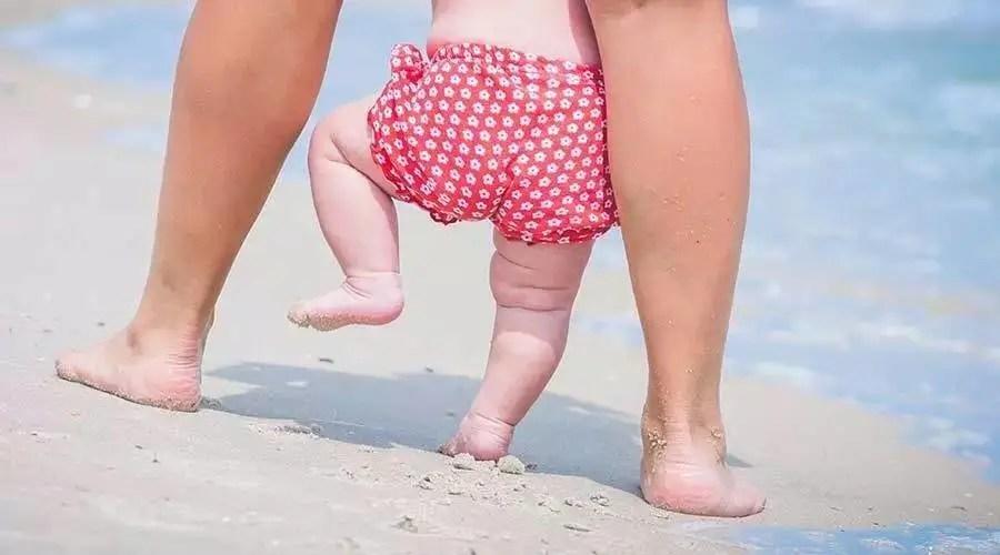 想不到!寶寶光腳走路的好處這麼多,別再糾結了