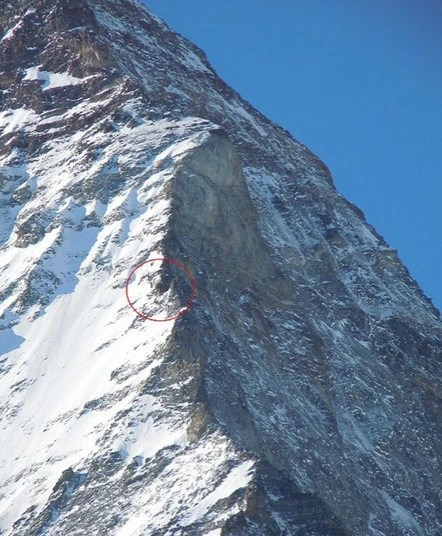 4000多米高的峭壁上一個奇怪小點!放大之後懵了