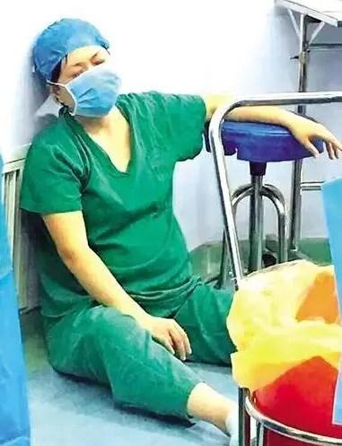 護士跪地托舉幫胎兒脫離危險,看到她肚子後濕了眼眶