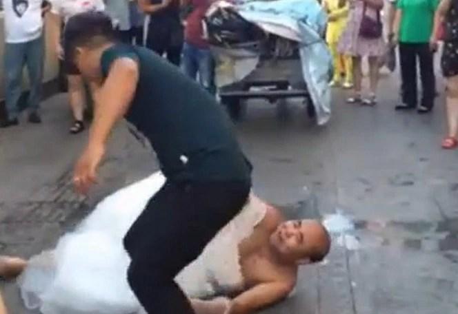 太狠心了!男子大街上對另一半做這個,下一幕讓人哭笑不得