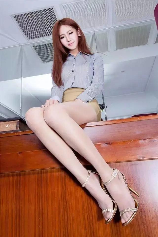 鏡頭下白皙長腿美女絲襪制服居家誘惑寫真