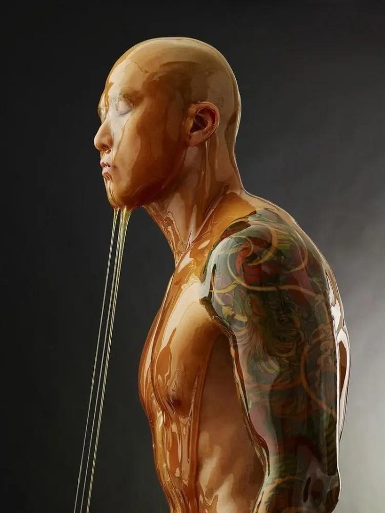 他把人體淋滿蜂蜜,拍攝了一組琥珀般的照片