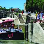 France, Hérault (34), Béziers, Canal du Midi, classé Patrimoine Mondial de l'UNESCO, écluses de Fonseranes, péniche à la sortie du sas inférieur côté aval